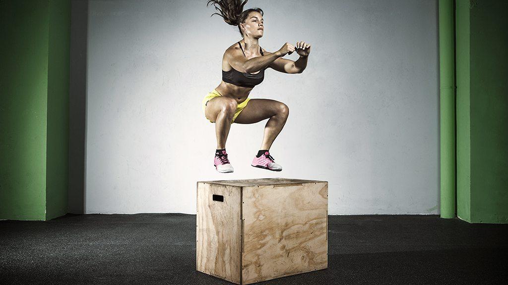 mulher saltando na caixa
